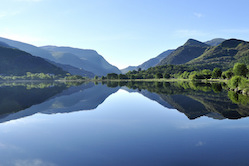 mirror_image_sunrise_on_padarn_lake